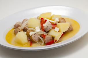 野菜とソーセージのスープ煮の写真素材 [FYI04577295]