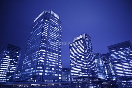丸の内の高層ビル群の夜景の写真素材 [FYI04577385]
