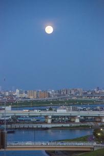 隅田川と荒川上空の月の写真素材 [FYI04577551]