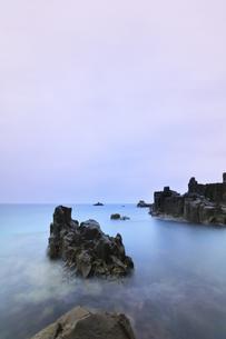 朝の東尋坊と日本海の写真素材 [FYI04577604]