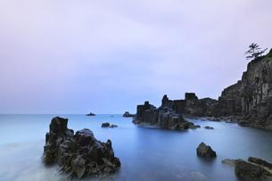 朝の東尋坊と日本海の写真素材 [FYI04577606]