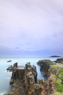 朝の東尋坊と日本海の写真素材 [FYI04577617]