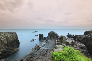 朝の東尋坊と日本海の写真素材 [FYI04577634]