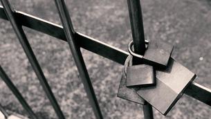 フェンスに掛けられた古い愛の南京錠の写真素材 [FYI04577809]