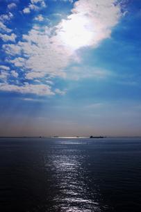 東京湾横断道路アクアラインの中間地点にある人工島海ほたるから見た海景の写真素材 [FYI04577826]