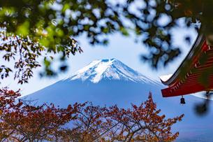 山梨県 富士吉田市 新倉山浅間公園からの秋の富士山の写真素材 [FYI04577862]