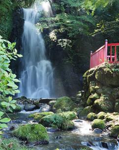 太陽光が差し込む大分県の天狗の滝の写真素材 [FYI04577934]
