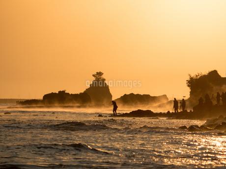気嵐が出る雨晴海岸で写真を撮る人々の写真素材 [FYI04577939]