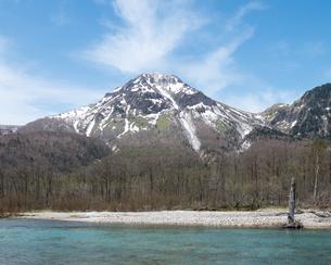 大正池越しに見る晴れの日の雪を覆った焼岳の写真素材 [FYI04577958]