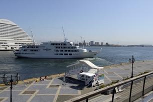 神戸,ハーバーランドモザイクからの観光船の写真素材 [FYI04578406]