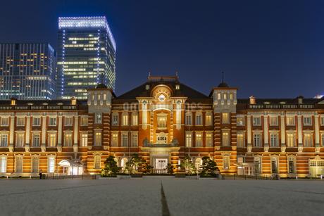 東京都 ライトアップされた正面からの東京駅の写真素材 [FYI04578730]