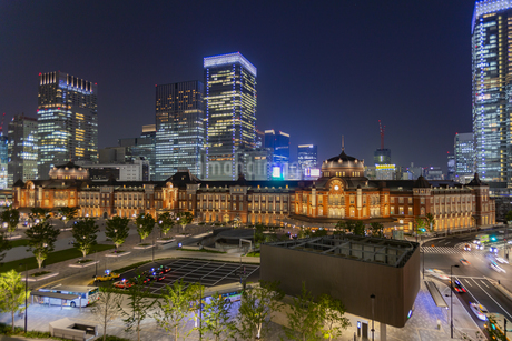 東京都千代田区 夜の東京駅の写真素材 [FYI04578733]