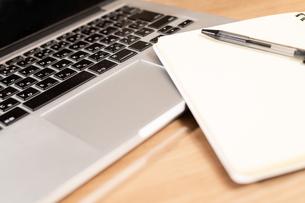 ノートパソコンとメモ帳とペンの写真素材 [FYI04578787]