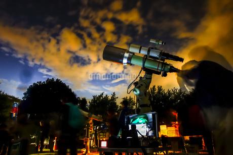 天体望遠鏡での天体観測のイメージの写真素材 [FYI04578825]