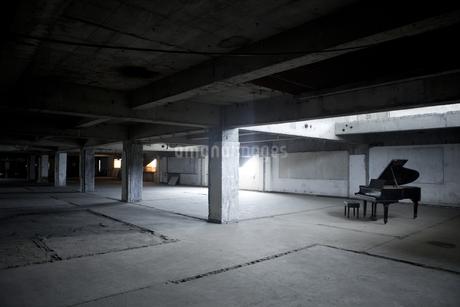 廃墟の建物の中にあるピアノの写真素材 [FYI04578874]
