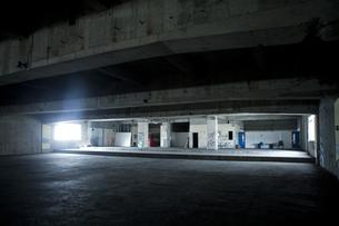 廃墟の建物の中の写真素材 [FYI04578883]