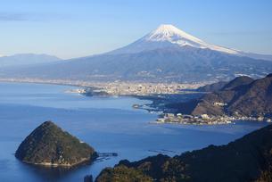 静岡県 発端丈山より沼津市街と富士山の写真素材 [FYI04578888]