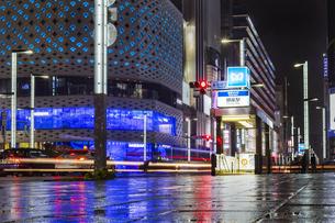 東京都 中央区 銀座 雨の銀座 夜景の写真素材 [FYI04578895]
