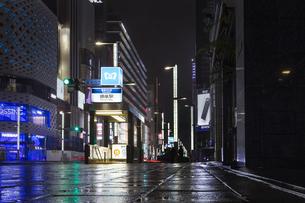 東京都 中央区 銀座 雨の銀座 夜景の写真素材 [FYI04578896]