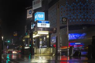 東京都 中央区 銀座 雨の銀座 夜景  の写真素材 [FYI04578897]