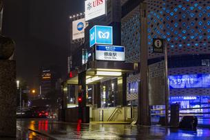 東京都 中央区 銀座 雨の銀座 夜景  の写真素材 [FYI04578898]