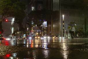 東京都 中央区 銀座 雨の銀座 夜景  の写真素材 [FYI04578901]