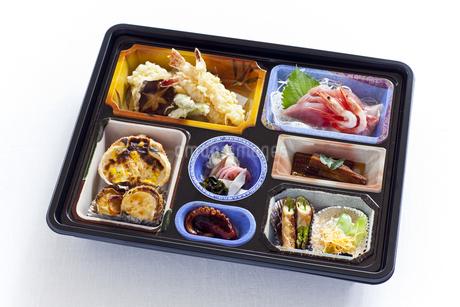 箱に詰められた宴会料理の写真素材 [FYI04578911]
