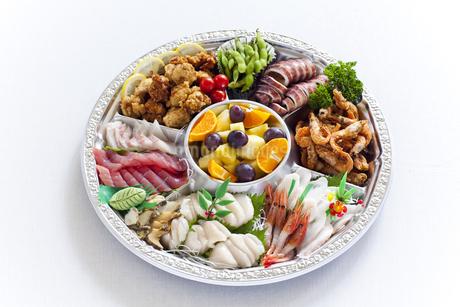 丸い皿のオードブル料理の写真素材 [FYI04578912]