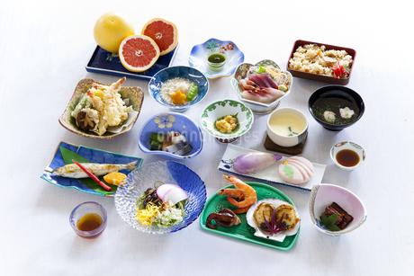 並べられた宴会料理の写真素材 [FYI04578913]