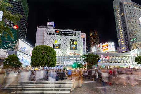 東京都渋谷区 スクランブル交差点の夜景の写真素材 [FYI04578967]