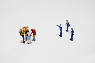 ニューノーマルに従わない密集した外出者を注意する警察官の写真素材 [FYI04578983]