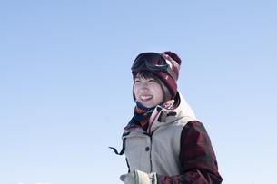 笑顔のウィンターウェアの女性の写真素材 [FYI04579068]