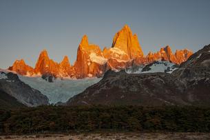朝日に輝くパタゴニアの名峰フィッツロイの写真素材 [FYI04579183]