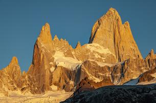 朝日に輝くパタゴニアの名峰フィッツロイの写真素材 [FYI04579187]