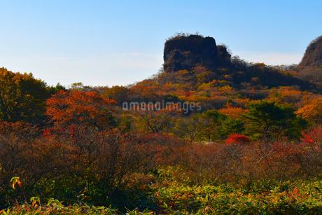 榛名山のスルス岩と紅葉 の写真素材 [FYI04579243]
