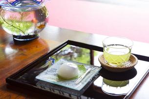 和菓子と冷茶の写真素材 [FYI04579443]