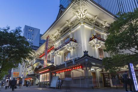 東京都 夜の歌舞伎座の写真素材 [FYI04579577]