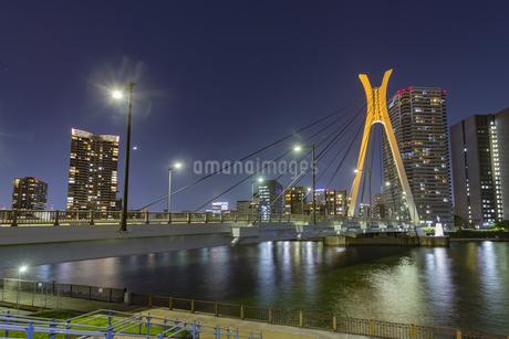 東京都 夜の中央大橋の写真素材 [FYI04579591]