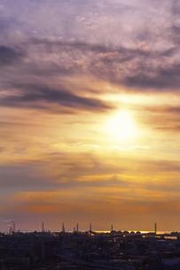 工業地帯の夕日の写真素材 [FYI04579627]