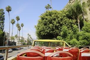 ビバリーヒルズの街を走る2階建バスから見た街並みの写真素材 [FYI04579748]