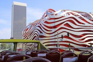 ロサンゼルスの街を走る2階建バスから見た街並みの写真素材 [FYI04579755]