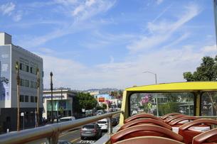 ロサンゼルスの街を走る2階建バスから見た街並みの写真素材 [FYI04579757]