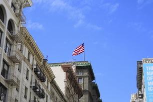 サンフランシスコの美しいビルと星条旗の写真素材 [FYI04579800]