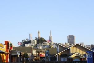 ピア39から見たサンフランシスコの街並みの写真素材 [FYI04579811]
