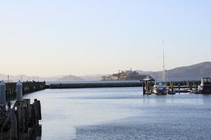 サンフランシスコのピア39から見たアルカトラズ島の写真素材 [FYI04579812]