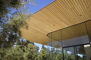 木目が美しい建造物と緑のコントラストの写真素材 [FYI04579814]