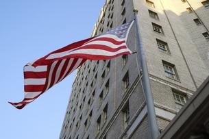 風に揺れるアメリカ国旗 星条旗1の写真素材 [FYI04579819]
