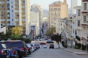 サンフランシスコの坂の上から街を望むの写真素材 [FYI04579820]
