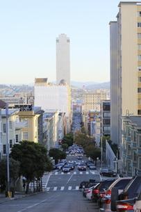 サンフランシスコの坂の上から街を望むの写真素材 [FYI04579822]
