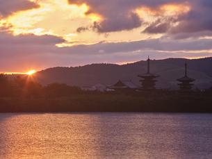 薬師寺の日の出の写真素材 [FYI04579831]